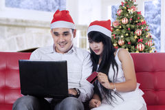 Happy couple shopping online in christmas day Royalty Free Stock Photography