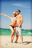 Happy couple in sunglasses on the beach Royalty Free Stock Photos