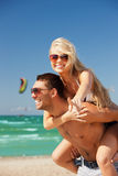 happy couple in sunglasses on the beach Royalty Free Stock Images
