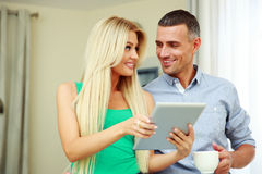 Happy couple with tablet computer Royalty Free Stock Photos