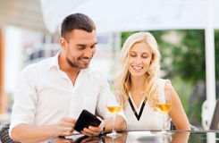 Happy couple with wallet and bill at restaurant Royalty Free Stock Photos