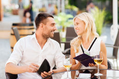 Happy couple with wallet paying bill at restaurant Royalty Free Stock Photography