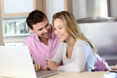Happy couple websurfing on laptop Royalty Free Stock Photography