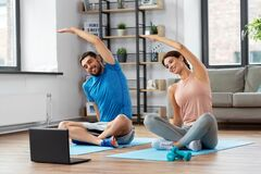 Free Happy Couple With Laptop Exercising At Home Royalty Free Stock Images - 198110699
