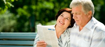 Happy elderly couple reading Royalty Free Stock Photography