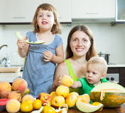Happy family eating fruits Royalty Free Stock Photography