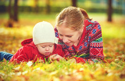 Happy family: mother and child little daughter play cuddling on Stock Photos