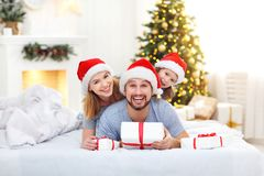 Free Happy Family Mother Father And Child On Christmas Morning In Bed Royalty Free Stock Images - 104649529