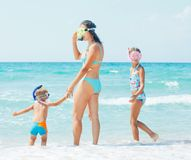 Happy family snorkeling Royalty Free Stock Photos