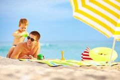Happy father and child playing on the beach Royalty Free Stock Photos