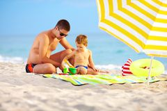 Happy father and child playing on the beach Stock Photography