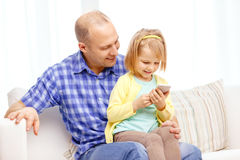 Happy father and daughter with smartphone Royalty Free Stock Images