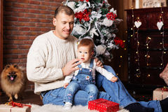 Happy father and his adorable little daughter among Christmas de Royalty Free Stock Images