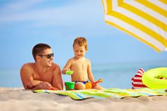 Happy father and kid playing on the beach Royalty Free Stock Photos