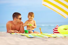 Happy father and kid playing on the beach Royalty Free Stock Photo
