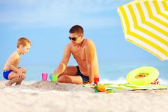 Happy father and kid playing on the beach Royalty Free Stock Photography