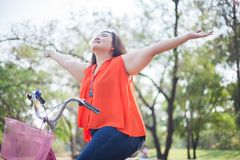 Happy fatty woman posing with bicycle Royalty Free Stock Photography