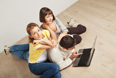 Happy friends with laptop computer Royalty Free Stock Photos