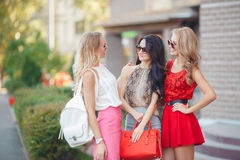 Happy friends with shopping bags ready to shopping Royalty Free Stock Photos
