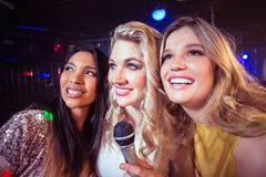Happy friends singing at the karaoke Royalty Free Stock Photos