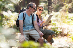 Happy hiker couple looking at map Royalty Free Stock Photos