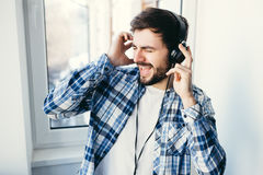 Happy hipster wearing headphones enjoying music Royalty Free Stock Photos