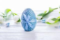happy holidays Αυγά Πάσχας και άσπρες τουλίπες Στοκ φωτογραφία με δικαίωμα ελεύθερης χρήσης