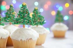 happy holidays Χριστουγεννιάτικο δέντρο cupcake στοκ εικόνα