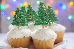 happy holidays Χριστουγεννιάτικο δέντρο cupcake στοκ φωτογραφία με δικαίωμα ελεύθερης χρήσης