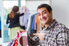 The happy husband shopping with his wife Royalty Free Stock Photos