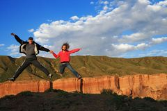 Happy jumping couple Royalty Free Stock Photo