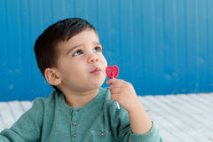 Happy kid eating a lollipop Royalty Free Stock Photos