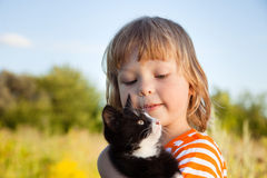 Happy kid with a kitten Royalty Free Stock Photos