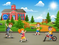 Free Happy Kids Playing In Front Of The School Building Royalty Free Stock Images - 133336839