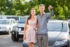 happy life Mężczyzna ` s ręka z kluczami od samochodu z guzikami otwierać samochodowego drzwiowego kędziorek lub zamykać Szczęsli obrazy stock