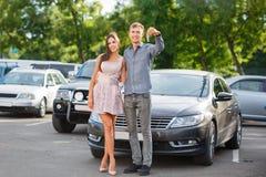 happy life Mężczyzna ` s ręka z kluczami od samochodu z guzikami otwierać samochodowego drzwiowego kędziorek lub zamykać Szczęsli Obrazy Royalty Free