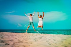Happy loving couple enjoy tropical beach vacation royalty free stock photos