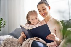 Mom and child reading a book Royalty Free Stock Images