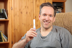 Man holding a pregnancy test Royalty Free Stock Photos