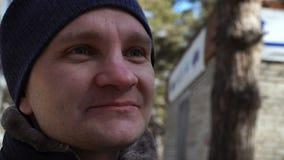 happy man portrait young Χαμογελώντας τον τύπο υπαίθριο το χειμώνα σε αργή κίνηση απόθεμα βίντεο