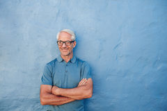 Happy mature man standing with his arms crossed Royalty Free Stock Photography