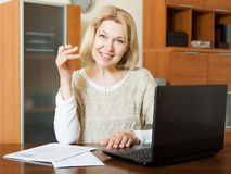 Happy mature woman with laptop Royalty Free Stock Images