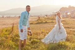 Happy messy bride and groom at the beach Royalty Free Stock Photography