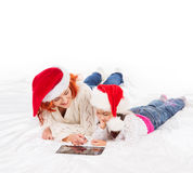 A happy mother and a daughter in Christmas hats Royalty Free Stock Photography