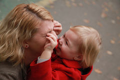 Happy mother with her little daughter in her arms in the park, i Royalty Free Stock Photos