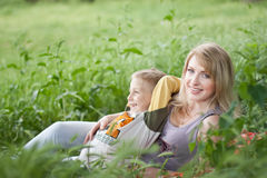 Happy Mother and Son (fokus on mum) Stock Images