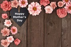 Free Happy Mothers Day Chalkboard Heart With Flower Corner Border On Wood Royalty Free Stock Photography - 89164807
