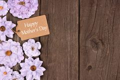 Happy Mothers Day gift tag with flower side border over wood Stock Photography