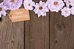 Happy Mothers Day gift tag with flower top border over wood Stock Photography