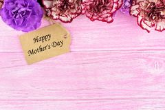 Happy Mothers Day gift tag with flowers on pink wood Stock Photography